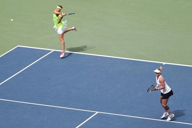 Lucie šafářová odvrací míček ve finále debla.