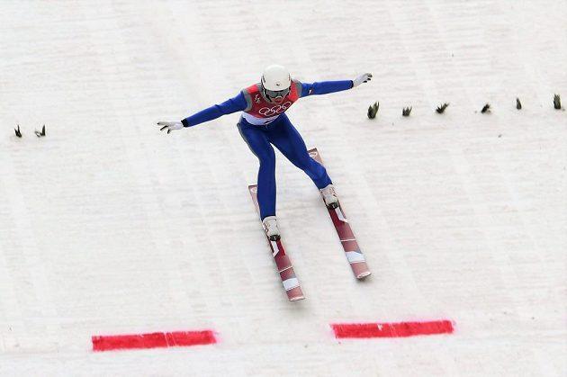 Český sdruženář Ondřej Pažout během skokanské části olympijského závodu na středním můstku.
