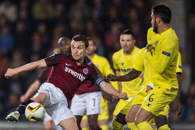 David Lafata ze Sparty Praha střílí v zápase s Villarrealem.