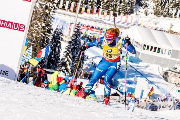 Vedoucí žena Světového poháru biatlonistek Gabriela Soukalová při stoupání během sprintu v Anterselvě.