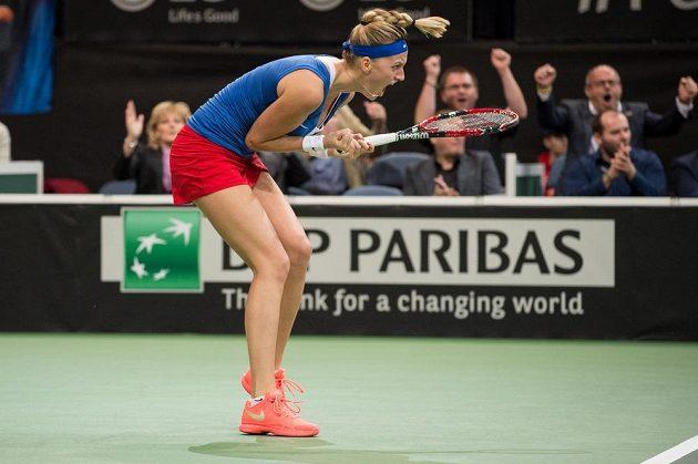 Česká tenistka Petra Kvitová se hecuje ve finále Fed Cupu proti Rusku.