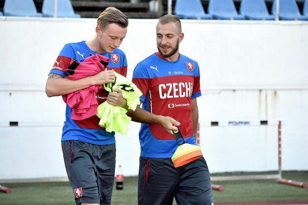 Fotbalisté Jiří Skalák (vpravo) a Ladislav Krejčí před tréninkem reprezentace na Strahově.