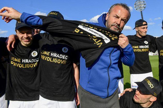 Trenér Hradce Králové Zdenko Frťala si obléká týmové triko po vyhranén utkání a postupu do první ligy.