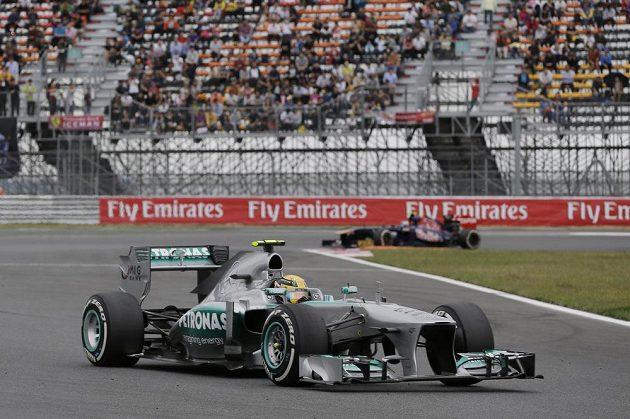 Britský pilot Hamilton z Mercedesu během Velké ceny Koreje.
