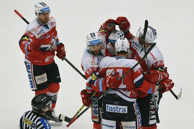 Pardubičtí hráči se radují z první branky na ledě Třince. Skóroval Blaž Gregorc.