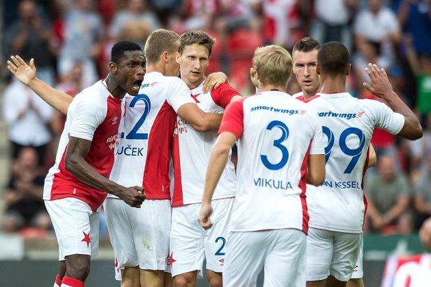 Slávistický útočník Milan Škoda (třetí zleva) slaví se spoluhráči gól proti Levadii Tallinn v odvetě 2. předkola Evropské ligy.