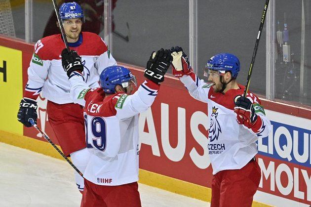 Čeští hokejisté se radují z prvního gólu proti Rusku, uprostřed jeho autor Jakub Flek.