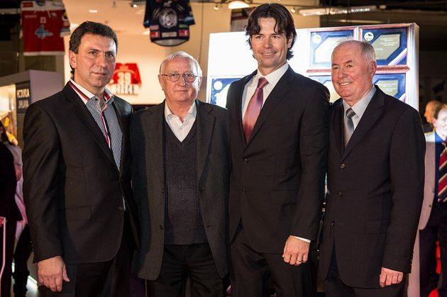 Zleva Jiří Kučera, Jan Hrbatý, Robert Lang a Pavel Křížek byli ve čtvrtek v Praze uvedeni do Síně slávy českého hokeje.