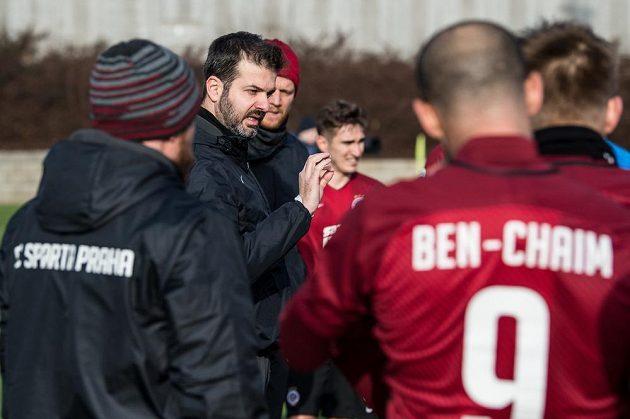 Trenér Sparty Andrea Stramaccioni během poločasové přestávky.