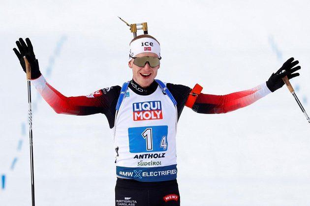Norský finišman smíšené štafety Johannes Thingnes Bö.