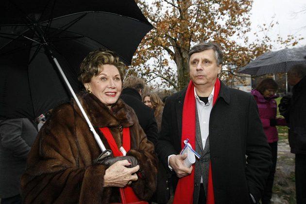 Ája Vrzáňová, bývalá krasobruslařka, na archivním snímku s premiérem Janem Fischerem při odhalení plakety Václava Havla.