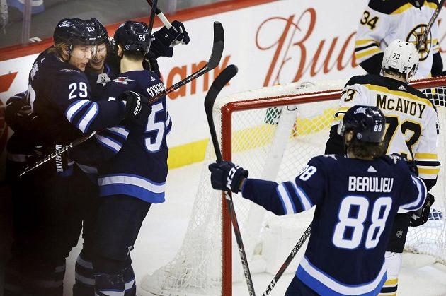 Hokejisté Winnipegu se radují z branky