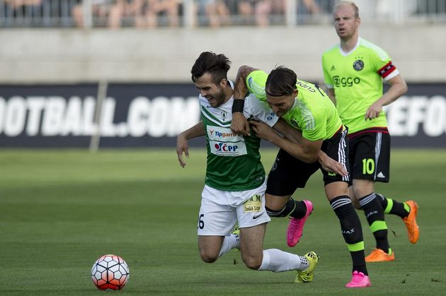 Jabloneckého záložníka Martina Pospíšila (vlevo) tlačí k zemi záložník Ajaxu Nemanja Gudelj.