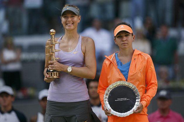 Vítězka turnaje v Madridu Maria Šarapovová z Ruska (vlevo). Vedle ní stojí poražená finalistka Rumunka Simona Halepová.