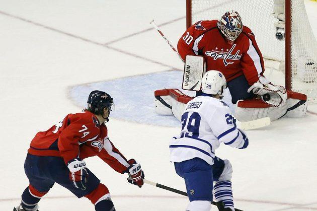 Na Michala Neuvirtha si nepřišlo ani pravé křídlo Toronta Maple Leafs Jerry D'Amigo.