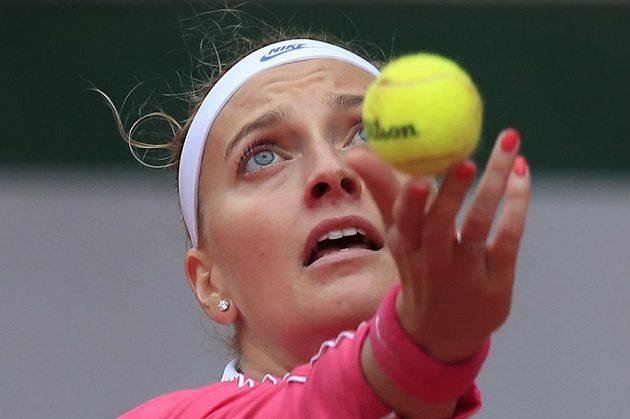 Petra Kvitová si nadhazuje míček v osmifinále French Open.