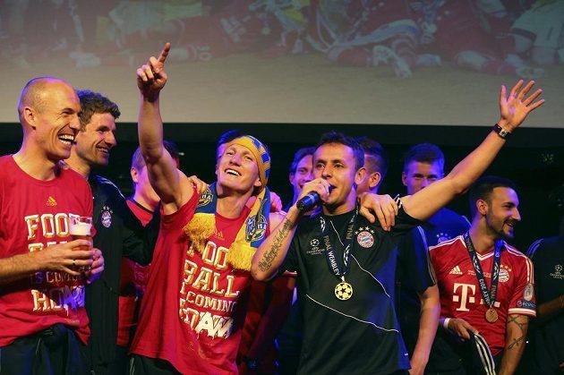 Mnichovští hráči (zleva) Arjen Robben, Thomas Müller, Bastian Schweinsteiger a Rafinha slaví na banketu v londýnském hotelu Grosvenor House vítězství v Champions League.