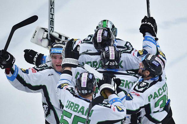 Radost mladoboleslavských hokejistů z vítězství nad pražskou Spartou.