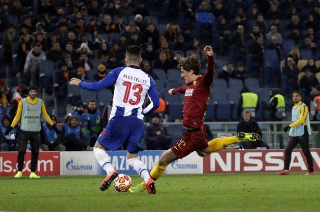 Nicolo Zaniolo (vpravo) dává gól proti Portu, vlevo Alex Telles z Porta.