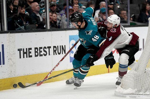 Hokejista San Jose Sharks Tomáš Hertl v akci během play off NHL.