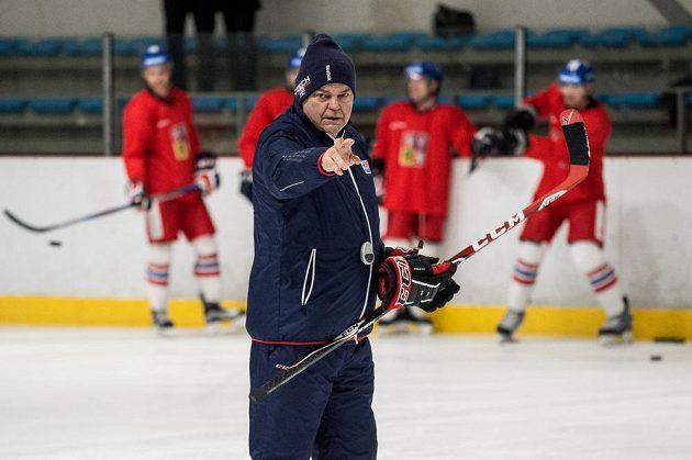 Reprezentační kouč Vladimír Vůjtek udílí pokyny během tréninku v Letňanech.