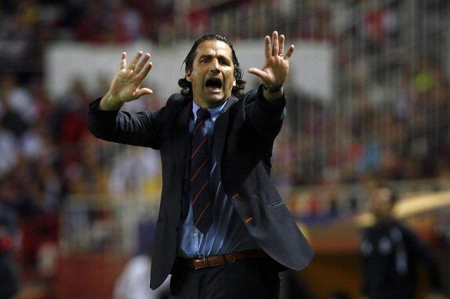 Juan Antonio Pizzi, impulzivní kouč Valencie, gestikuluje v semifinálovém utkání Evropské ligy se Sevillou.