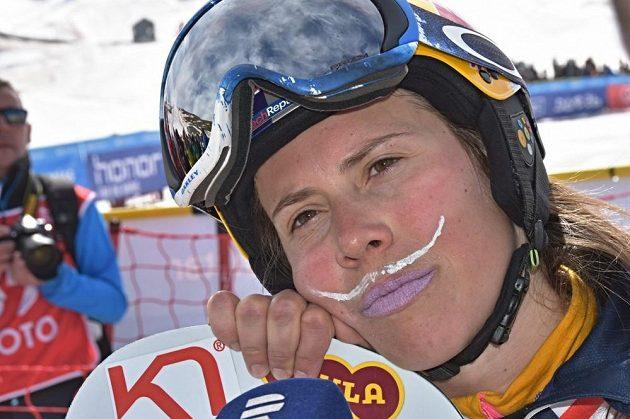 Namalovaný bílý knírek snowboardistce Evě Samkové štěstí nepřinesl.