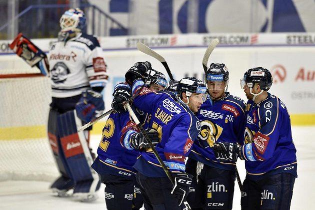 Hokejisté Zlína se radují z druhého gólu. Vlevo je brankář Miroslav Svoboda z Vítkovic.
