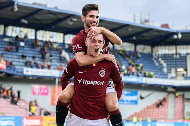 Ladislav Krejčí ze Sparty Praha a Michal Trávník oslavují se radují z gólu proti Liberci.