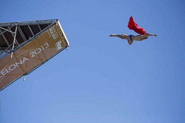 Dnes už klasický obrázek. Michal Navrátil se vrhá do 27metrové hlubiny coby Superman.