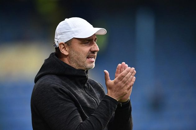 Trenér Slovanu Jindřich Trpišovský tleská svým svěřencům.
