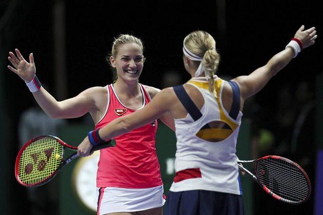 Andrea Hlaváčková se raduje společně s Maďarkou Timeou Babosovou z postupu do finále Turnaje mistryň.