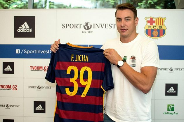 Házenkář Filip Jícha s dresem Barcelony na TK v Praze.
