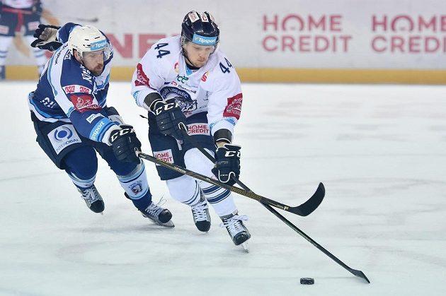 Jakub Koreis z Plzně a Radim Šimek z Liberce v souboji během čtvrtfinále play off hokejové extraligy.