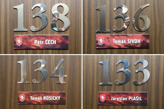 Na snímku složeném ze čtyř fotografií jsou čísla pokojů některých hráčů.
