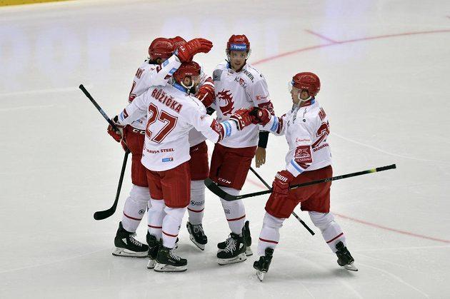 Hokejisté Třince se radují z úvodního gólu proti Vítkovicím.