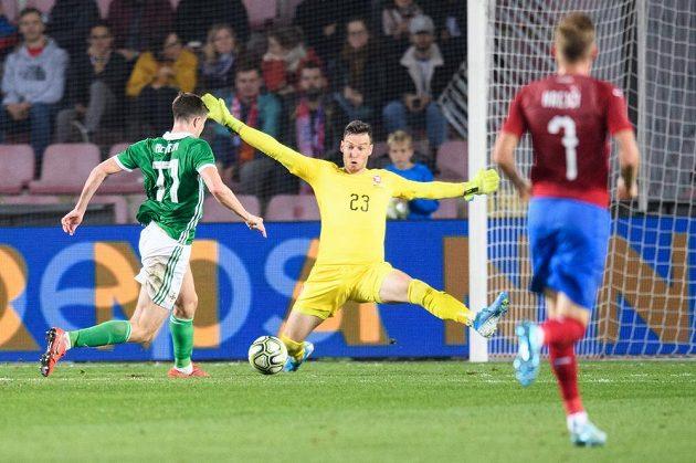 Paddy McNair ze Severního Irska obchází českého brankáře Jiřího Pavlenku a vzápětí dává na 3:0 pro svůj tým.