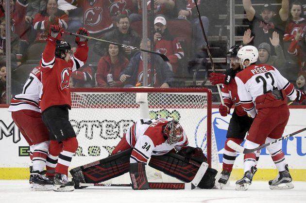 Radost New Jersey Devils. Nico Hischier, druhý zleva, slaví, protože připravil gól pro Marcuse Johanssona v utkání s Carolinou. Brankář Petr Mrázek byl bezmocný.