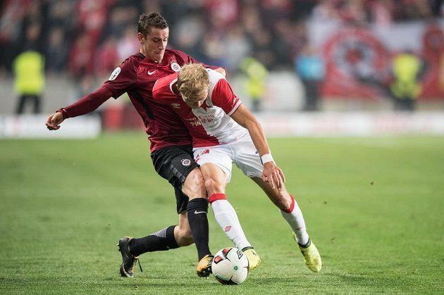 Ondřej Zahustel ze Sparty (vlevo) a Mick van Buren ze Slavie během derby v Edenu.