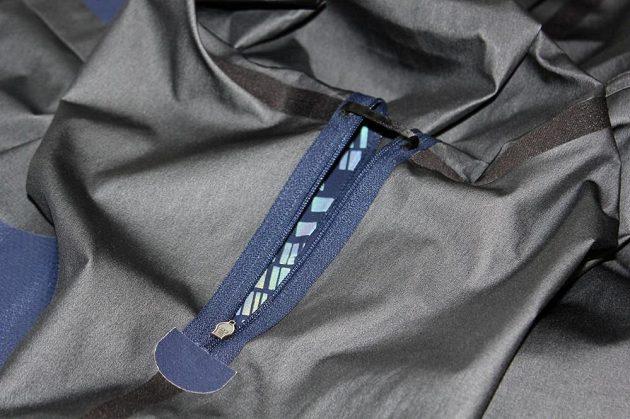 Běžecká bunda Nike HyperShield Flash: Podpažní větrací otvor s příčnou páskou.