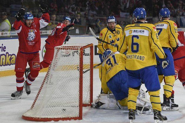Z gólu se radují čeští hráči Jan Kolář (vlevo) a Jiří Sekáč. Puk v brance sledují Švédové Mikael Wikstrand, brankář Lars Johansson, Lukas Bengtsson (v pozadí).