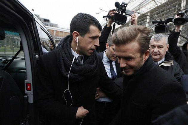 David Beckham (vpravo) ve čtvrtek přiletěl do Paříže podepsat smlouvu s PSG.