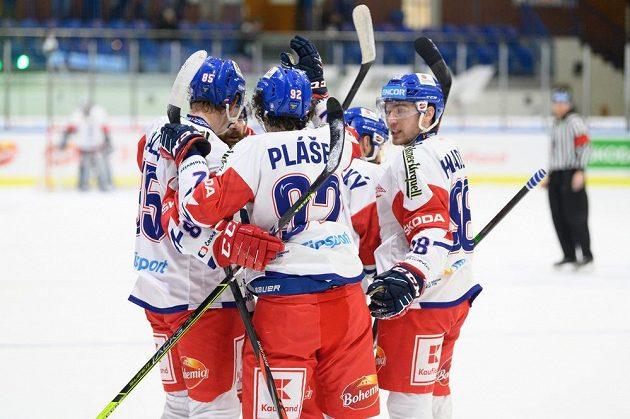 Hokejisté české reprezentace oslavují gól Karla Pláška během utkání v rámci přípravy s Rakouskem v Jindřichově Hradci.