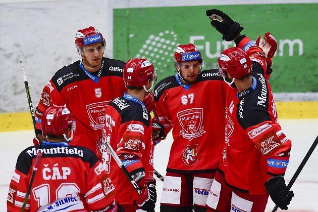 Hráči Hradce Králové (zleva) Zdeněk Čáp, Jakub Vácha, Jordann Perret, Kelly Klíma a Vladimír Růžička ml. se radují z gólu.