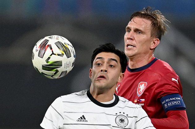 Kapitán českého týmu Bořek Dočkal (vzadu) a německý reprezentant Nadiem Amiri.