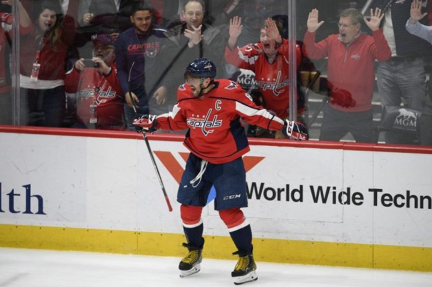 Kapitán hokejistů Washingtonu Capitals nastřílel v NHL další hattrick a fanoušci šíleli.