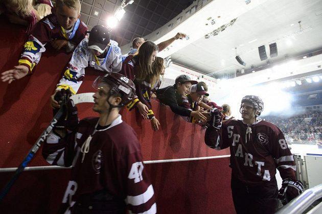 Hokejisté Sparty se loučí s diváky po posledním utkání v holešovické aréně.