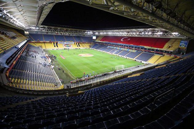Osiřelé tribuny stadiónu Sükrüho Saracoglua v Istanbulu.