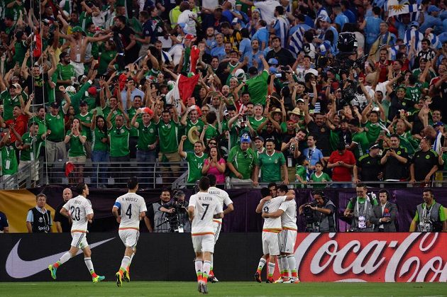 Fotbalisté Mexika slaví gól Hectora Herrery (vpravo dole) na Copě América proti Uruguayi.