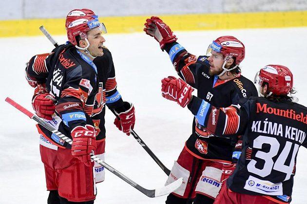Zleva střelec gólu Dominik Graňák z Hradce Králové, Kelly Klíma a Kevin Klíma z Hradce Králové slaví.